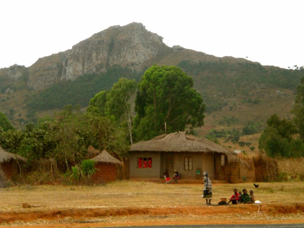 malawi-village-with-mountain